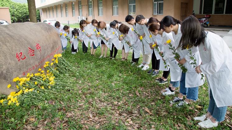 学校举行实验动物纪念仪式
